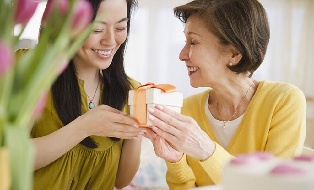 Nhận quà đơn giản, không quá nặng về vật chất từ con nhưng mẹ của bạn tôi vẫn rất vui và hạnh phúc.
