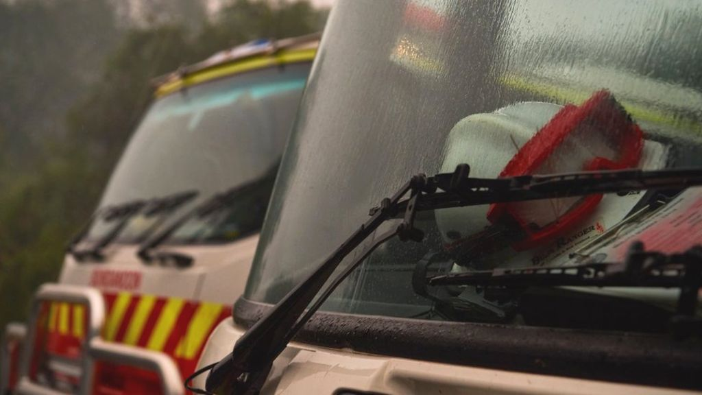 Những cơn mưa nhẹ đem lại hy vọng cho người dân và lính cứu hỏa.