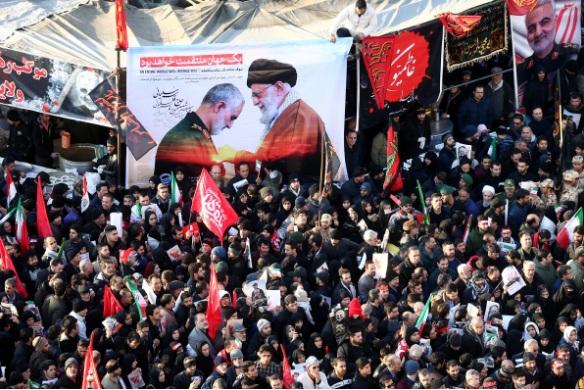 Hàng ngàn người đến dự tang lễ của tướng Soleimani ở Teheran hôm 6/1, sau đó thi hài ông sẽ chuyển đến thành phố quê hương Kerman. (Ảnh: Reuters)