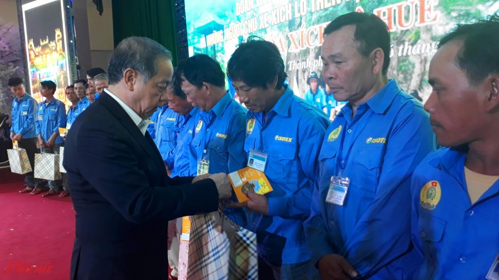 Dịp này, Chủ tịch UBND tỉnh trao hơn 500 suất quà, mỗi suất 300 nghìn đồng và 1 chai nước thủy tinh cho tất cả những người đạp xích lô trên địa bàn thành phố. Ngoài ra, đoàn viên Nghiệp đoàn xích lô Huế nhận thêm phần quà của LĐLĐ tỉnh gồm: áo sơ mi, áo thun, thẻ bảo hiểm tai nạn con người kết hợp. 5 đoàn viên có hoàn cảnh khó khăn được VNPT Thừa Thiên Huế tặng xe xích lô mới, trị giá 6 triệu đồng mỗi chiếc