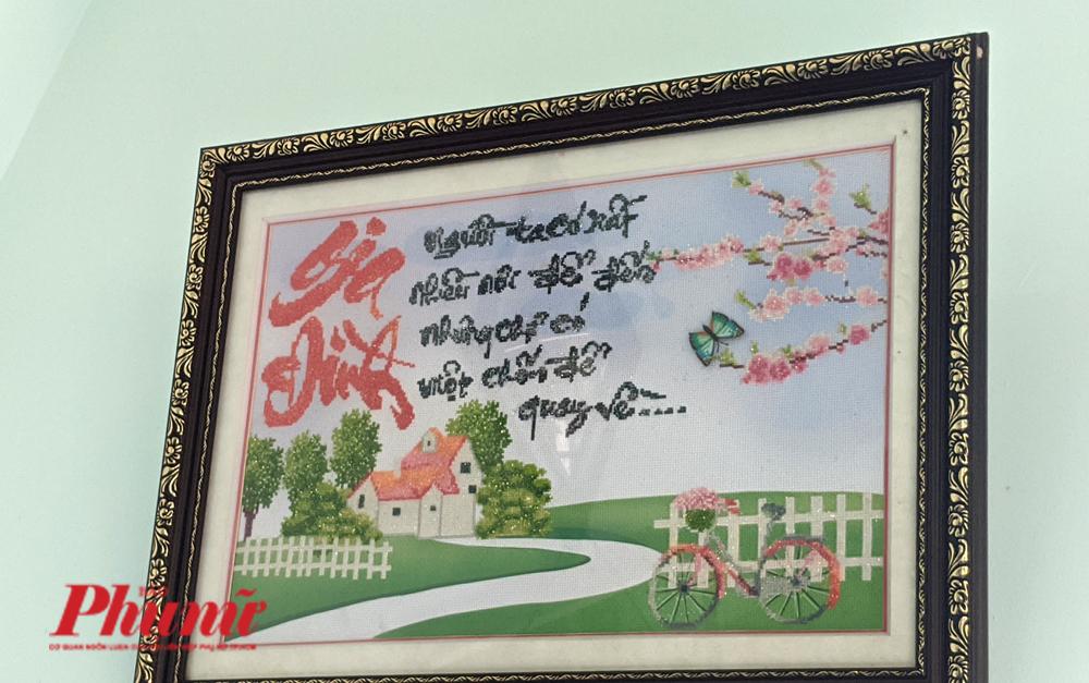Bức tranh thêu chữ thập của chị Thảo để lại cho  gia đình nhỏ bé của mình