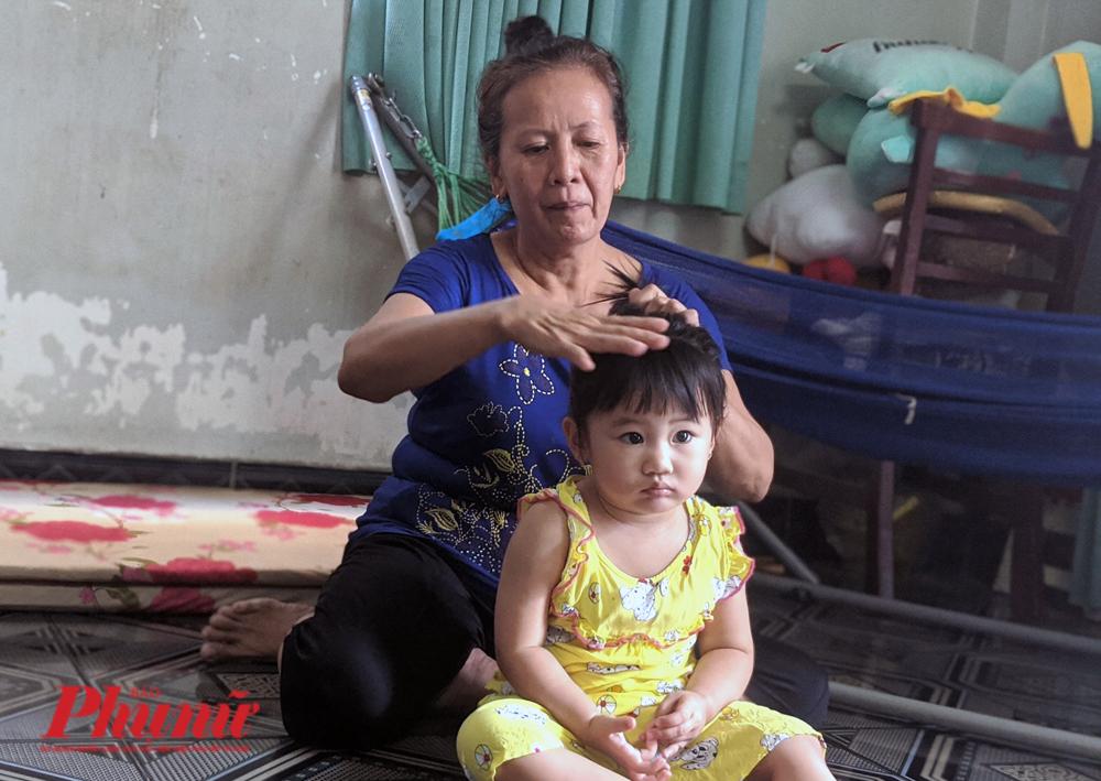 Bà Nguyễn Thị Ngọc Yến, 62 tuổi, Biên Hòa, Đồng Nai đang chăm sóc cho cháu nội trong những tháng ngày không còn chồng bên cạnh