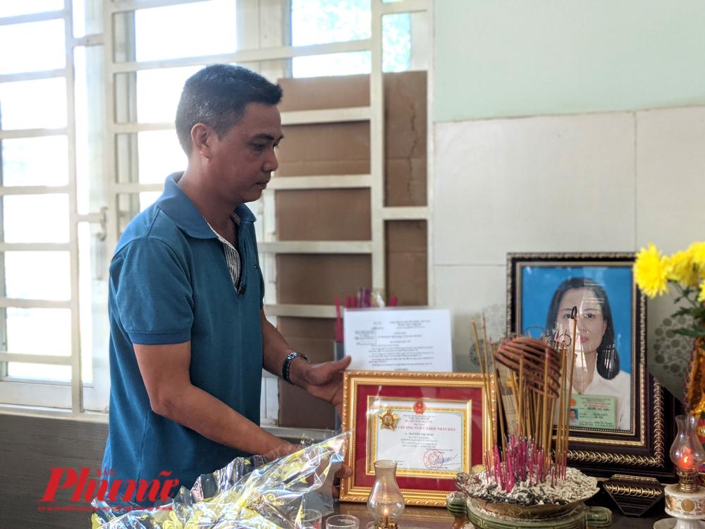 Anh Trần Bá Trình (Xuân Lộc, Đồng Nai) bên di ảnh của vợ - người hiến tạng vì mục đích nhân đạo