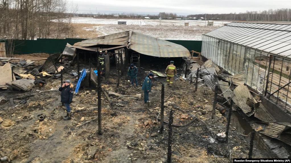 Các nhà điều tra xem xét hiện trường xảy ra vụ cháy vào sáng 7/1.