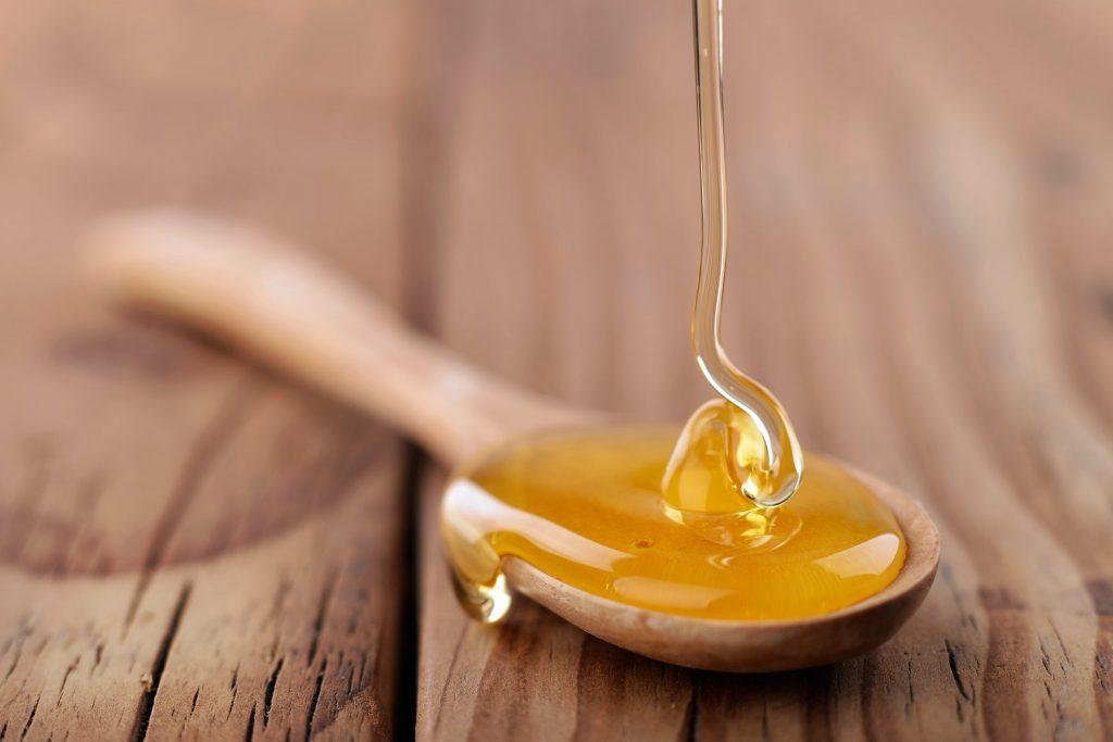 3.Mật ong Đặc tính kháng khuẩn của mật ong có thể giúp cải thiện mụn. Áp dụng một muỗng cà phê mật ong vào vùng da đang bị mụn, hoặc làm mặt nạ bằng cách trộn 1/2 chén mật ong với 1 chén bột yến mạch nguyên chất và thư giãn trong vòng 30 phút.
