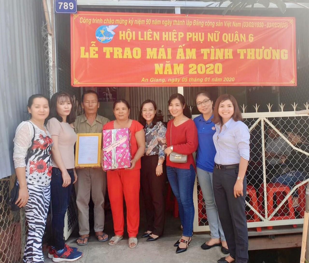 Vợ chồng chị Lê Thị Nga nhận quà và quyết định trao Mái ấm biên cương ngay những ngày đầu năm 2020- Ảnh Lưu Lê