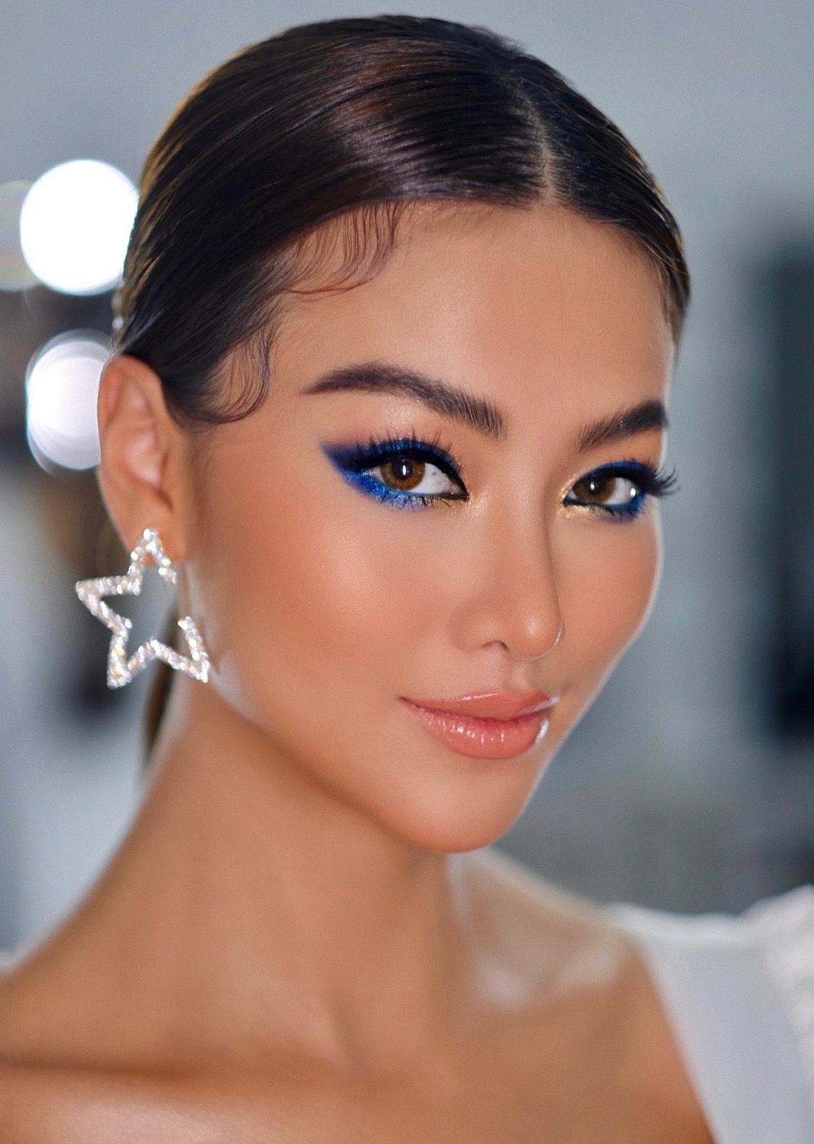 Trong đường viền mắt xanh cổ điển bắt trend xu hướng 2020 tạo nên nét đẹp cá tính nhưng không kém phần lung linh cho Phương Khánh.