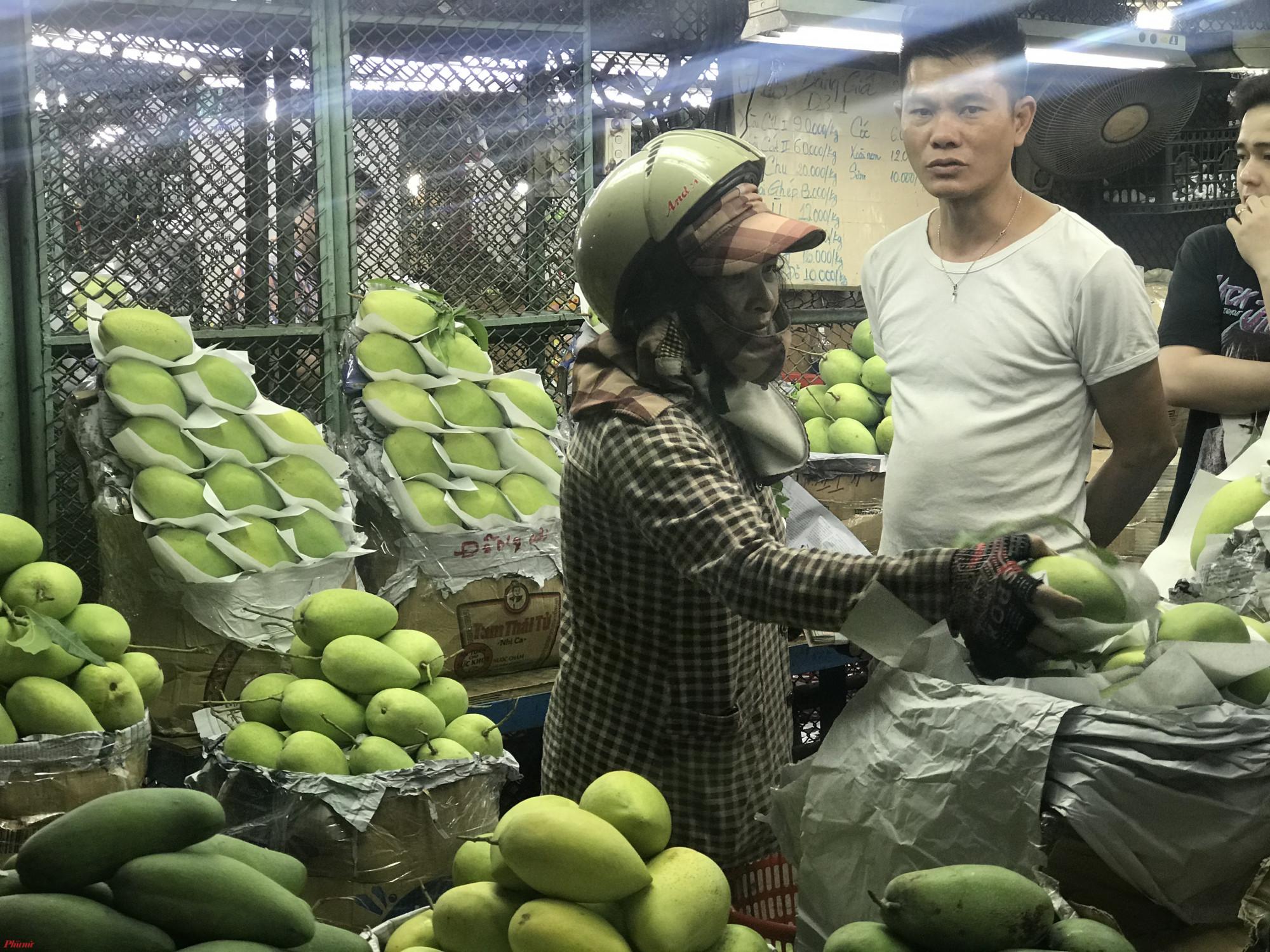 Báo cáo trong buổi làm việc với Ban, ông Nguyễn Nhu –Phó Giám đốc Cty Cổ phần Quản lý và Kinh doanh Chợ Nông Sản Thủ Đức cho biết, mỗi ngày chợ nhập trung bình 3500 tấn hàng hoá mỗi đêm chủ yếu là rau củ quả, trái cây và hoa tươi. Dự kiến hàng hoá nhập chợ phục vụ Tết Nguyên đán năm nay tương đương 2019 với ngày cao điểm lên đến 6000-6500 tấn hàng hoá. Tuy nhiên, năm nay do ảnh hưởng bởi thời tiết nên một số mặt hàng có thể giảm như bưởi hay mãng cầu, nhưng ngược lại một số mặt hàng khác sẽ tăng và giá cả sẽ không biến động.