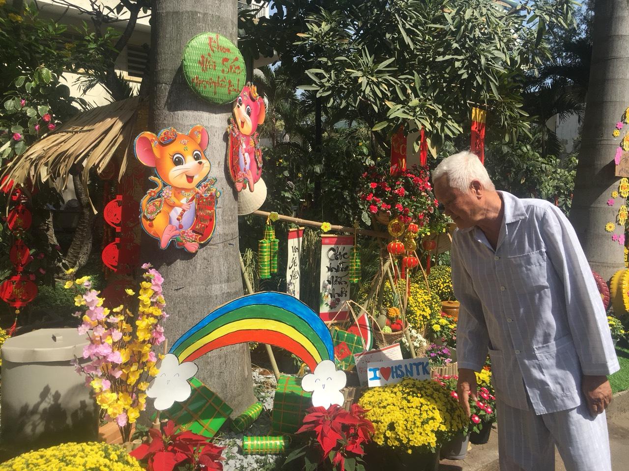 """Còn bệnh nhân Lê Tuấn Kiệt, 78 tuổi ở Cà Mau cũng lần đầu trong đời mới thấy được đường hoa nên ông cứ chầm chậm đi tham quan từng tiểu cảnh một. Ông ngó nghiêng, quan sát từng chậu bông, khóm trúc và cứ tặc lưỡi """"đẹp quá, đẹp quá"""". Ông nói: """"Vô bệnh viện mà nhìn cảnh đẹp thế này đang bệnh mà cũng muốn hết bệnh luôn""""."""