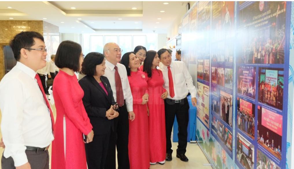 Các đại biểu xem triển lãm của ngành tuyên giáo TPHCM sáng 7/1