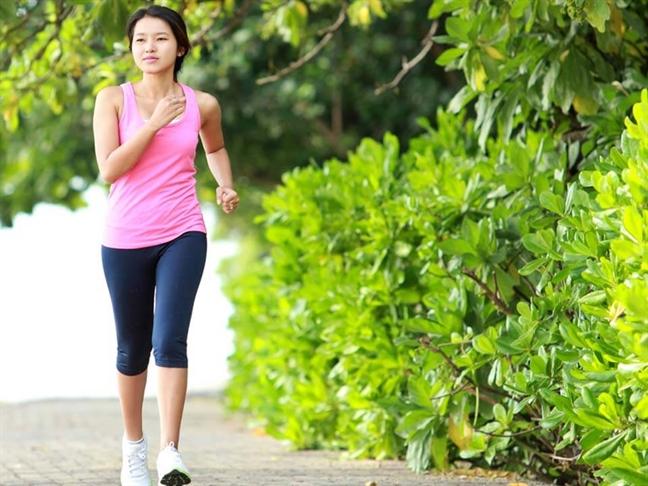 Phụ nữ sau sinh nên tập thể dục, khởi đầu với những bài tập nhẹ và đơn giản như đi bộ. Ảnh: Shutterstock