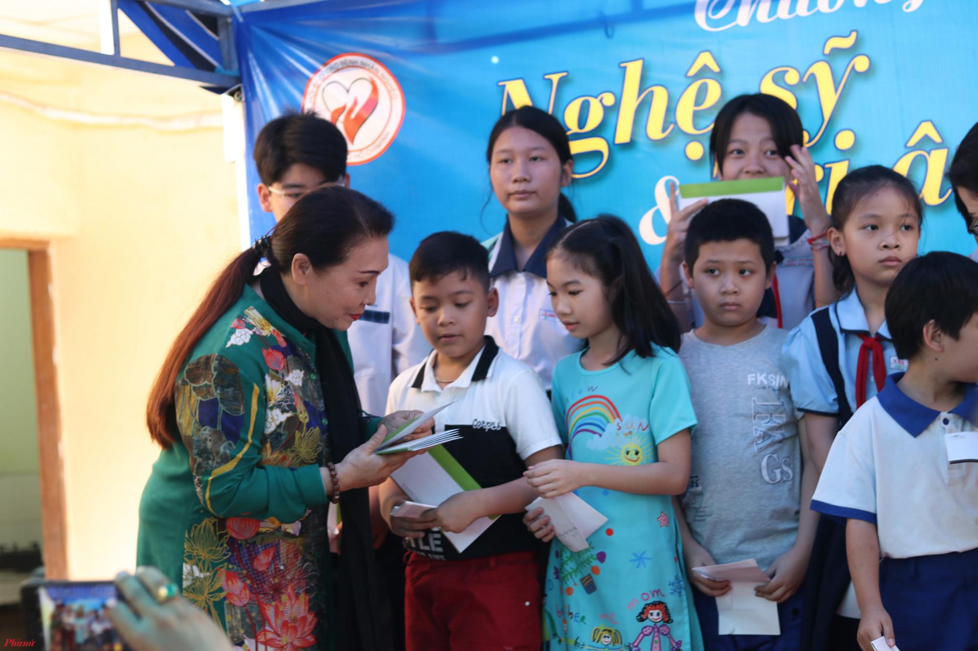 NSND Bạch Tuyết trao học bổng cho con em các gia đình nghệ sĩ.