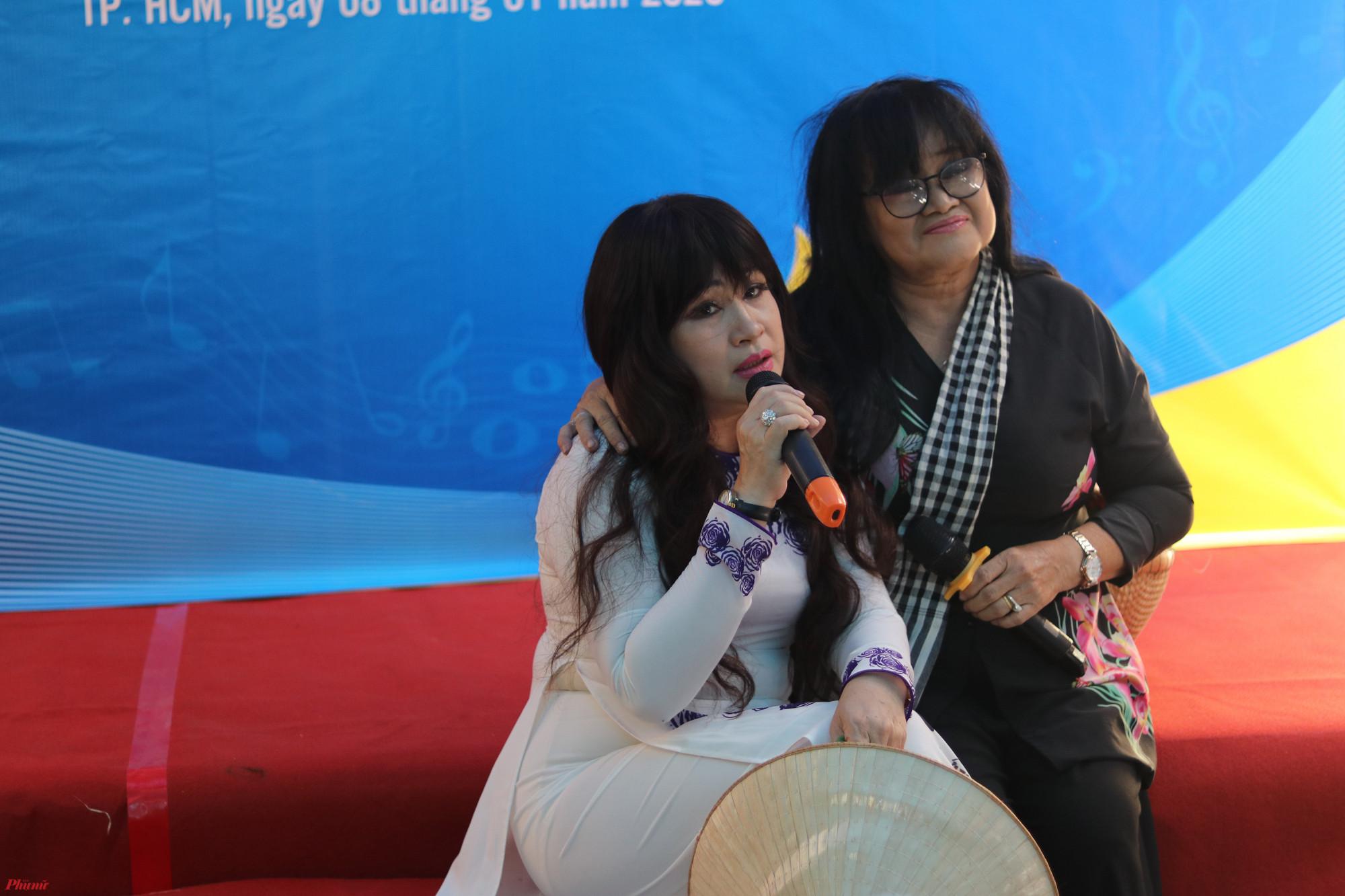 Ca sỉ Bích Thuỷ, Hạ Châu - con gái cố nhac sĩ Bắc Sơn hát phục vụ trong chương trình.