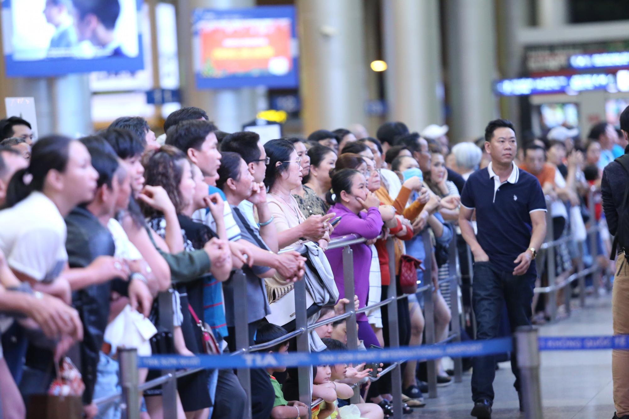 Khoảng thời gian 0-2h thường tập trung đông các chuyến bay quốc tế đến nhưng từ trước đó 2 đến 3 tiếng đã có hàng nghìn người đến chờ đón