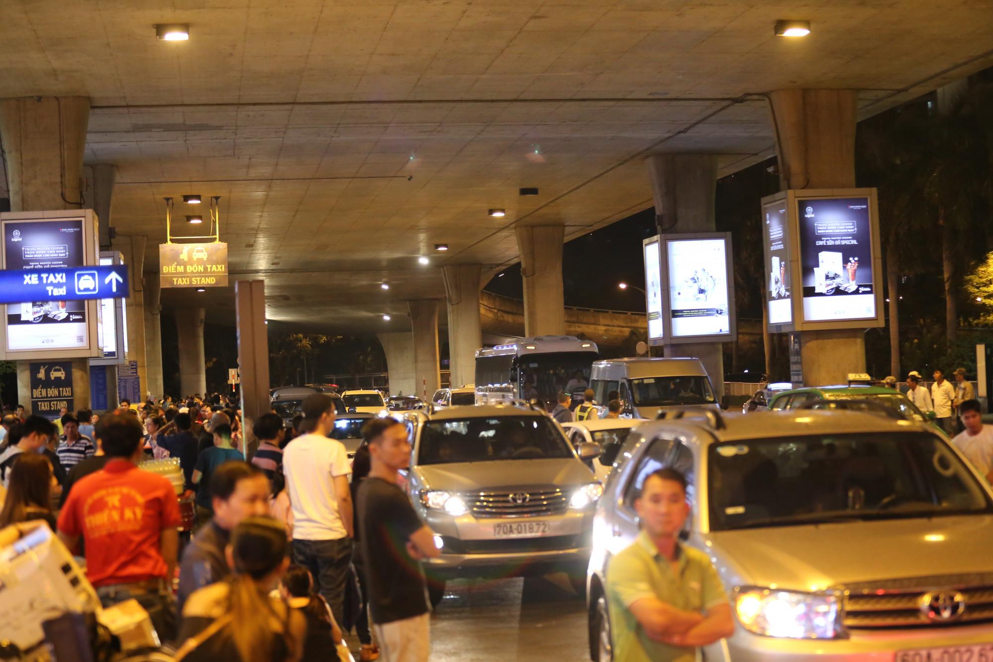 Tình trạng ùn ứ liên tục xảy ra khiến nhiều khách đợi taxi cũng mất nhiều thời gian.