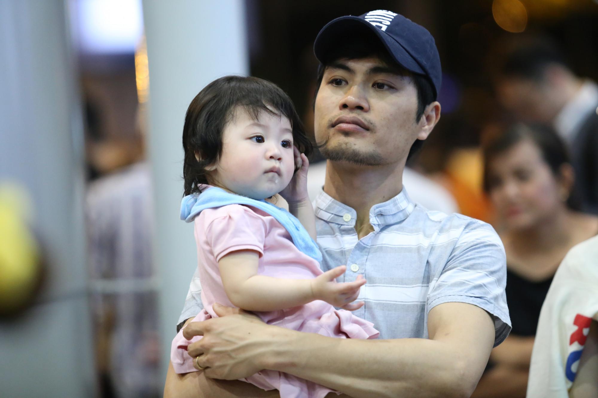 Nhiều em nhỏ cũng thức trắng đếm để cùng bố mẹ đón Việt Kiều