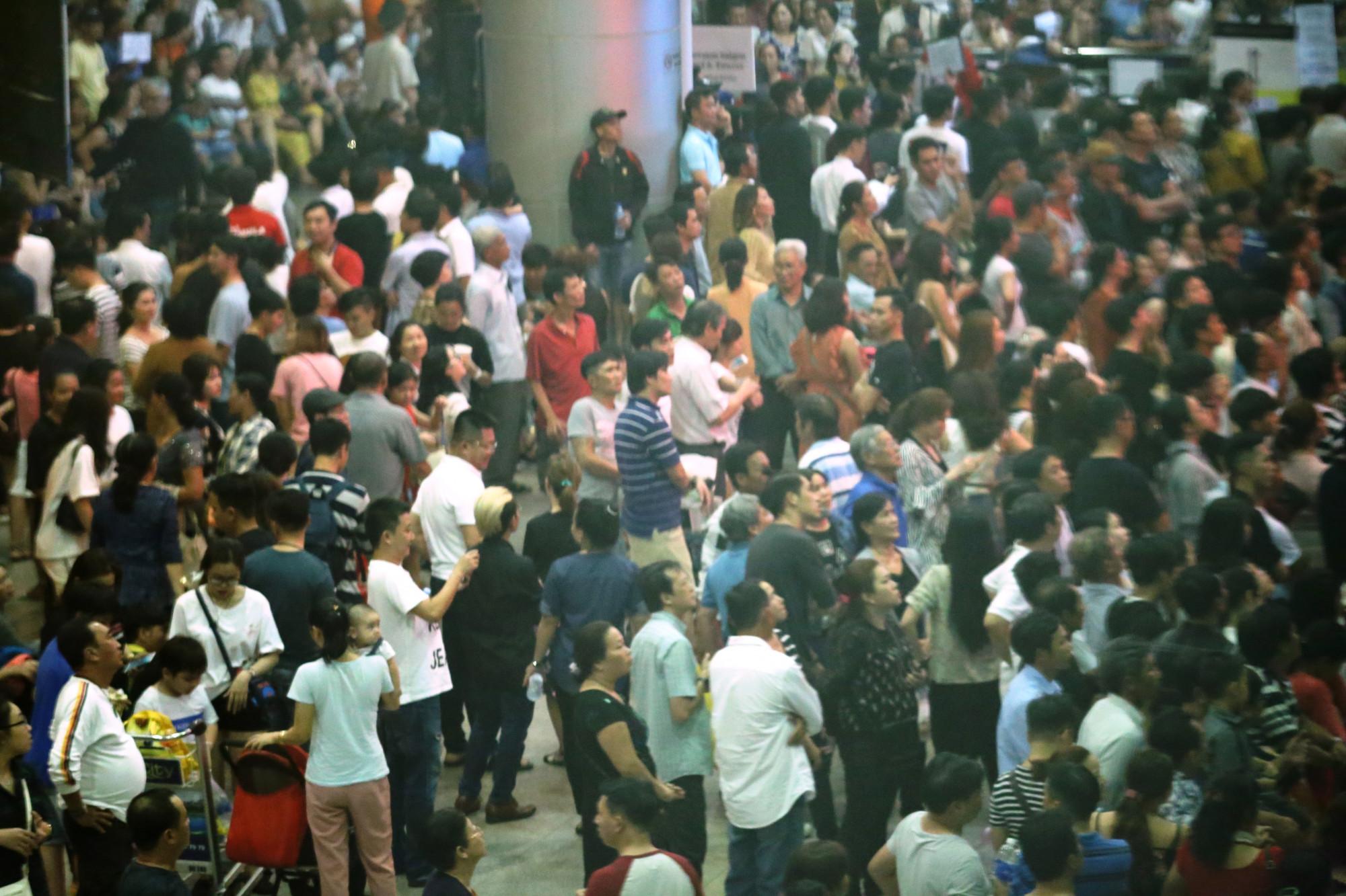 Càng về khuya và rạng sáng ngày hôm sau, người dân đổ về nhà ga để chờ đón Việt Kiều mỗi đông đúc