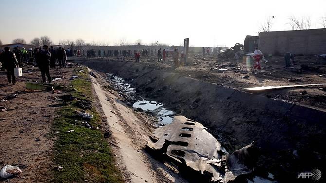 Đội cứu hộ làm việc tại hiện trường nơi chiếc máy bay Ukraine chở 176 hành khách và phi hành đoàn gặp nạn gần sân bay Imam Khomeini ở Tehran, ngày 8/1/2020. (Ảnh: AFP)