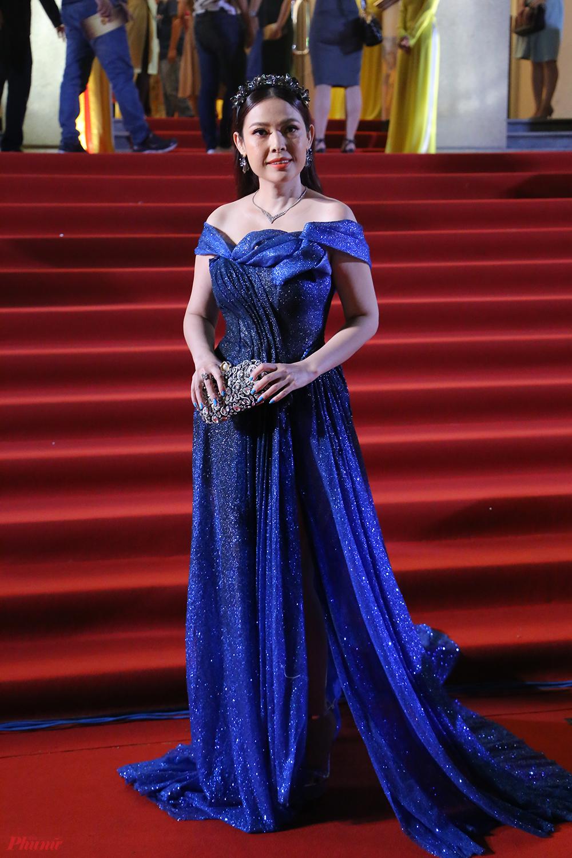 Diễn viên Kim Thanh Thảo chọn tông xanh với chiếc váy làm bằng chất liệu ánh kim bắt sáng tốt.