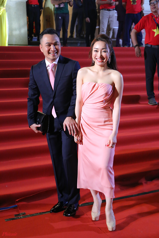 Diễn viên Chi Bảo tham dự lễ trao giải cùng bạn gái.