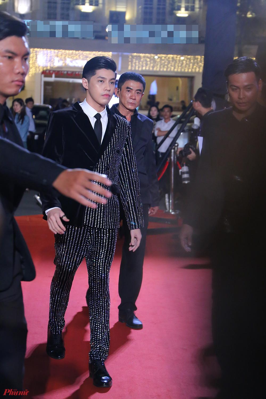 Ca sĩ Noo Phước Thịnh xuất hiện chớp nhoáng trên thảm đỏ.