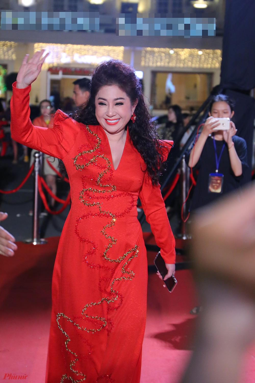 Cùng lứa tuổi với Cát Phượng nhưng NS ƯT Thoại Mỹ lại chọn diện áo dài truyền thống, thanh lịch, Sắc đỏ rực rỡ giúp nữ nghệ sĩ nổi bật trên thảm đỏ.
