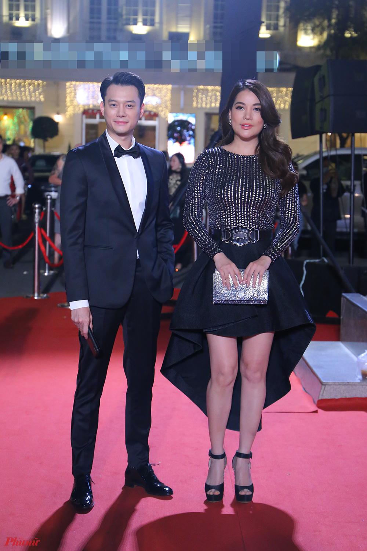 Trương Ngọc Ánh và diễn viên Anh Dũng diện trang phục đồng điệu tông đen.