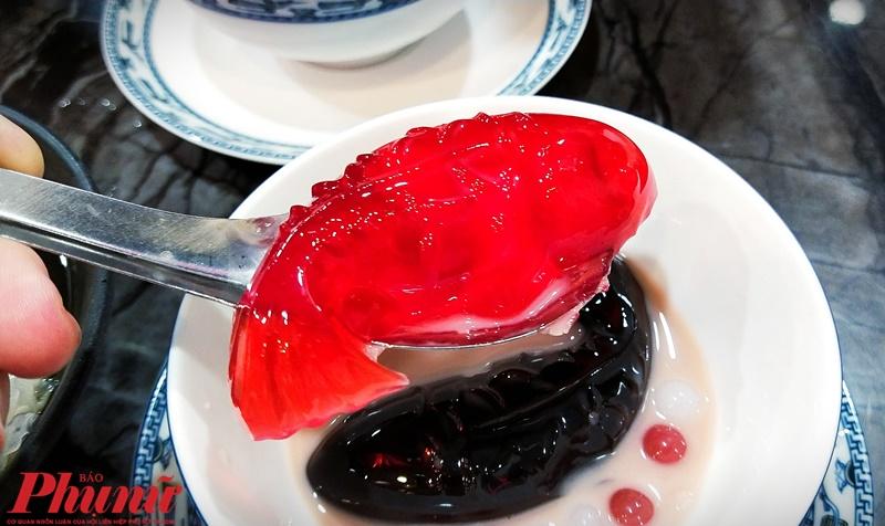 Chè Lưỡng Nghi Đại Cát là tạo hình của hai chú cá Koi với 2 sắc màu cam và đen. Chú cá màu đỏ cam là được làm từ cam thảo (có nhân là long nhãn). Còn màu đen được làm từ Cao quy linh nên có vị hơi đắng. Muốn thưởng thức đúng phải ăn kèm với sữa và củ sen sẽ toát lên được mùi thơm sữa hòa quyện cam thảo hoặc Cao quy linh và bùi bùi của củ sen.