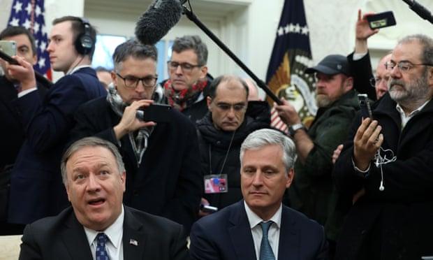 Ngoại trưởng Mỹ Mike Pompeo (trái) và Cố vấn an ninh quốc gia Robert O'Brien phát biểu với các phương tiện truyền thông vào thứ Ba 7/1.