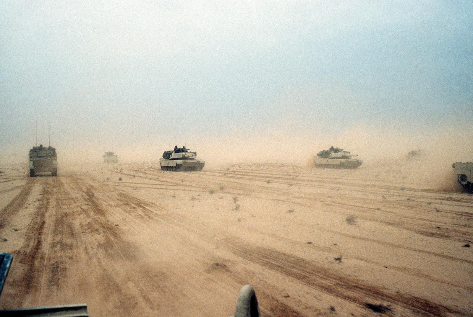Xe tăng M1A1-Abrams của Mỹ tiến vào Kuwait năm 1991