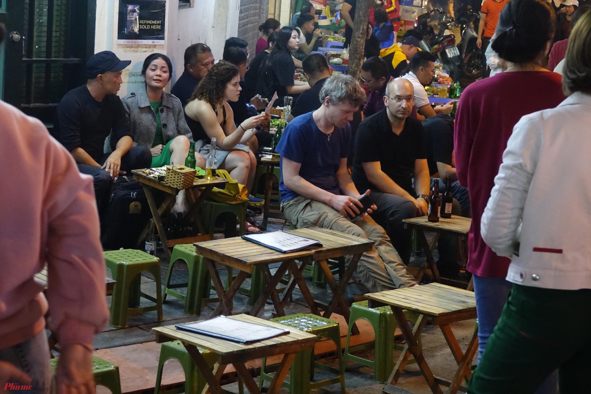 Thậm chí ngay tại ngã tư Tạ Hiện - Lương Ngọc Quyến, nơi đông đúc nhất vẫn còn nhiều bàn trống vào giờ cao điểm.