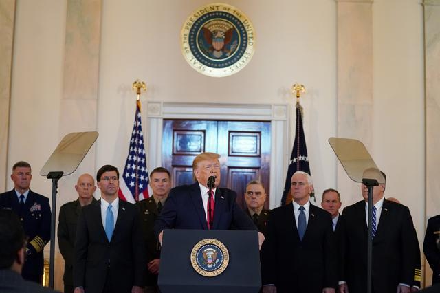 Tổng thống Donald Trump đưa ra một tuyên bố về Iran với sự có mặt của Bộ trưởng Quốc phòng Mark Esper, Phó Tổng thống Mike Pence và các nhà lãnh đạo quân sự tại Nhà Trắng ngày 8/1 giờ địa phương -Ảnh: Reuters