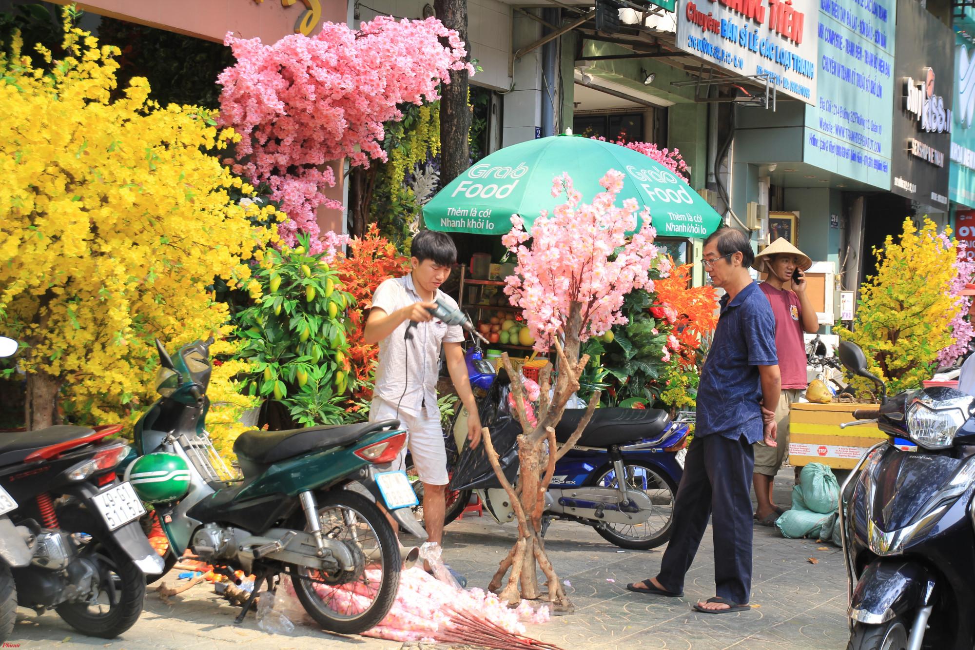 Đặc biệt, vào những ngày cận Tết, các cửa hàng trưng mai, đào vải tràn xuống vỉa hè, nhiều nơi nhân viên bắt hoa ngay trước cửa để kịp hàng giao cho khách