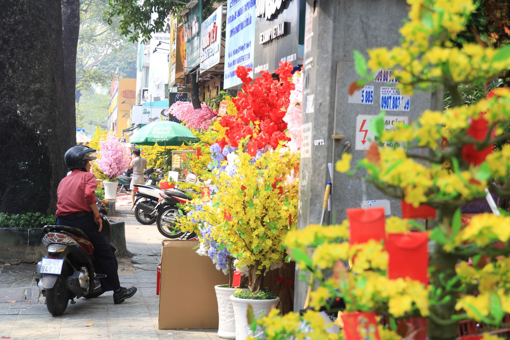 Trên một đoạn ngắn chưa đầy 2 km đường 3/2 (quận 10, TPHCM) có hơn chục cửa hàng bán hoa vải với chất liệu, mẫu mã không khác gì hoa thật.