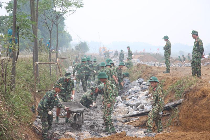Lực lượng công binh tiến hành xây dựng tường rào bảo vệ sân bay Miếu Môn