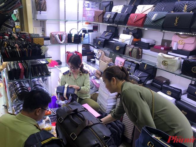 hàng trăm túi xách, túi đeo các loại có dấu hiệu giả mạo các nhãn hiệu nổi tiếng