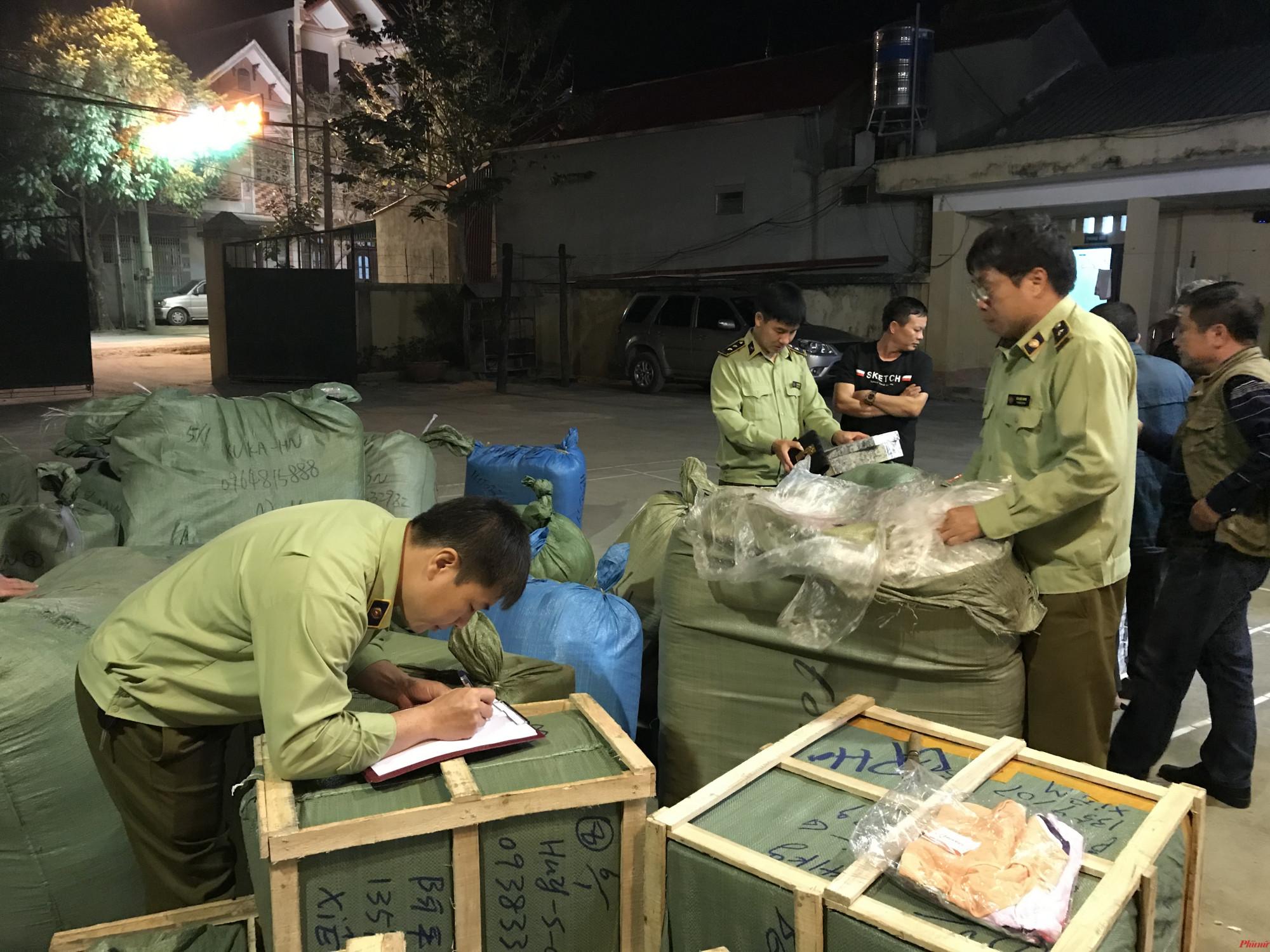 lượng lớn quần áo, giày dép, túi xách và 620 hộp phấn trang điểm do Trung Quốc sản xuất không có hóa đơn chứng từ