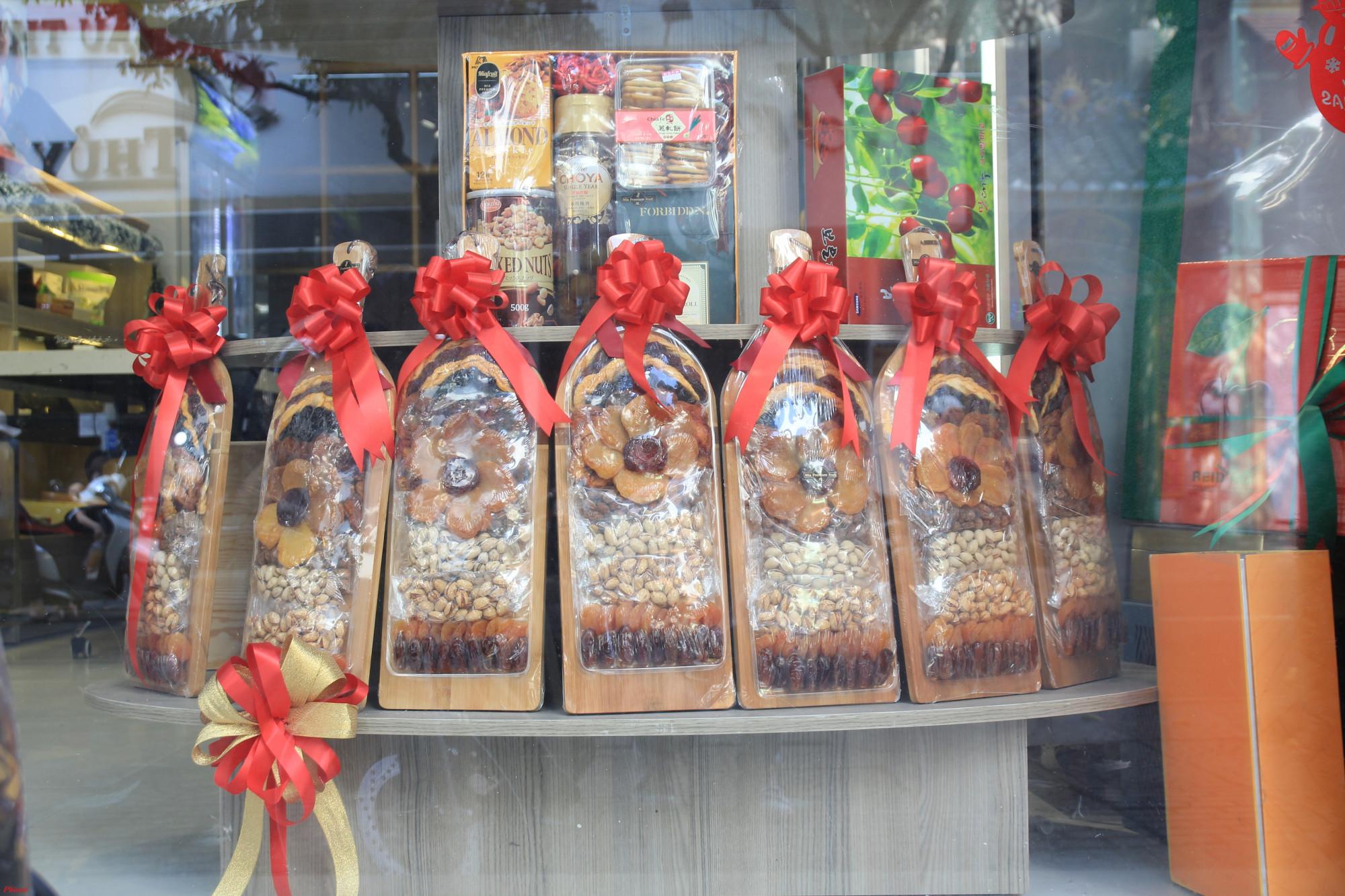 Ngoài ra, cửa hàng này còn trưng bày các mặt hàng trái cây khô vào từng khây được nhập khẩu từ Mỹ trông khá đẹp mắt gồm những loại: chà là, hạnh nhân, đào trắng, mơ Địa Trung Hải, mận tím Angelino, …mỗi khây từ 900g-1,3kg có giá từ 1tr950-2tr800 đồng/khây.