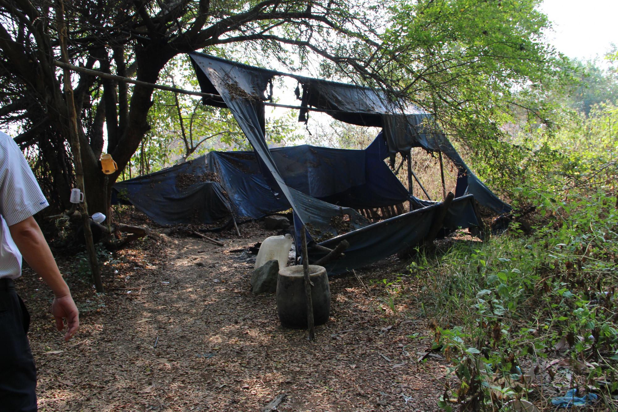 Căn lều dựng tạm của ông Minh cũng bị kẻ xấu phóng hoả