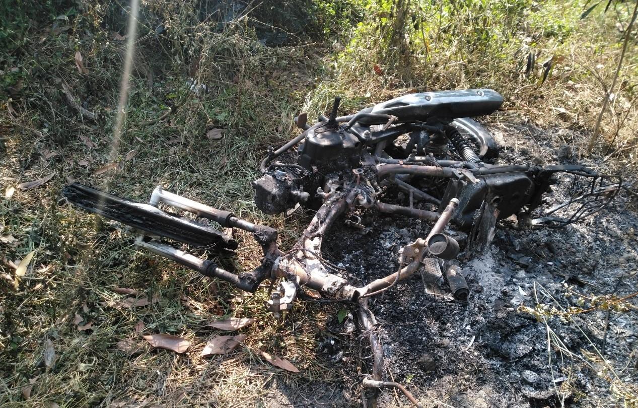 Xe máy bị đốt cháy trơ khung Xe máy bị đốt cháy trơ khung