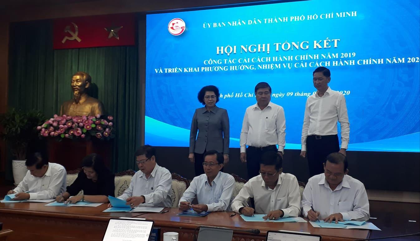 Lãnh đạo các sở ngành và 24 quận quyện thực hiện ký cam kết