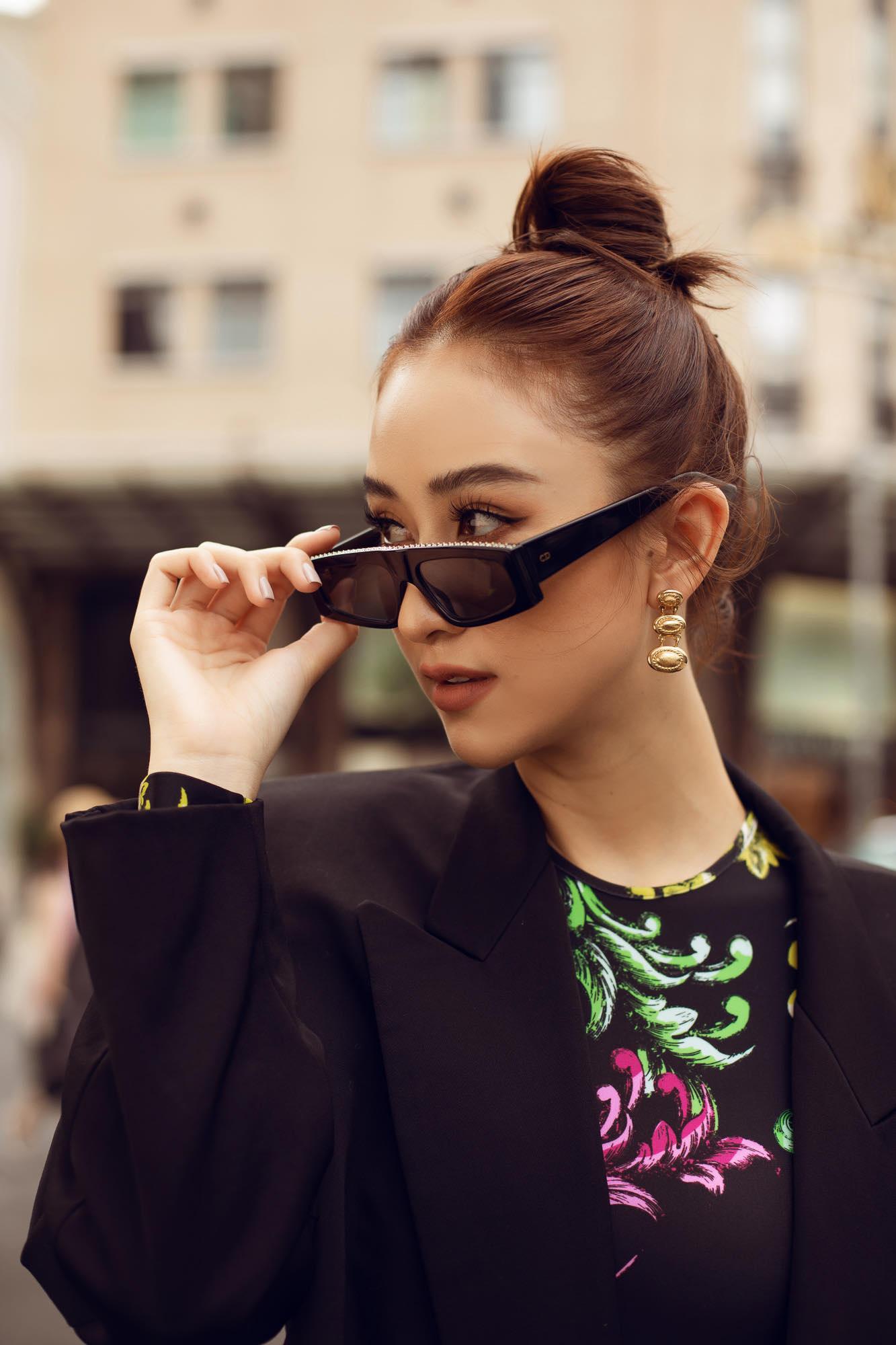 Cô chọn kiểu tóc bới cao, trang điểm tông nâu nhẹ nhàng. Đặc biệt, điểm nhấn bộ của trang phục nằm ở họa tiết màu sắc tạo nét chấm phá cực mạnh cho người nhìn. Đây được xem là cách phối đồ kinh điển chauw bao giờ làm các tín đồ thời trang thất vọng.