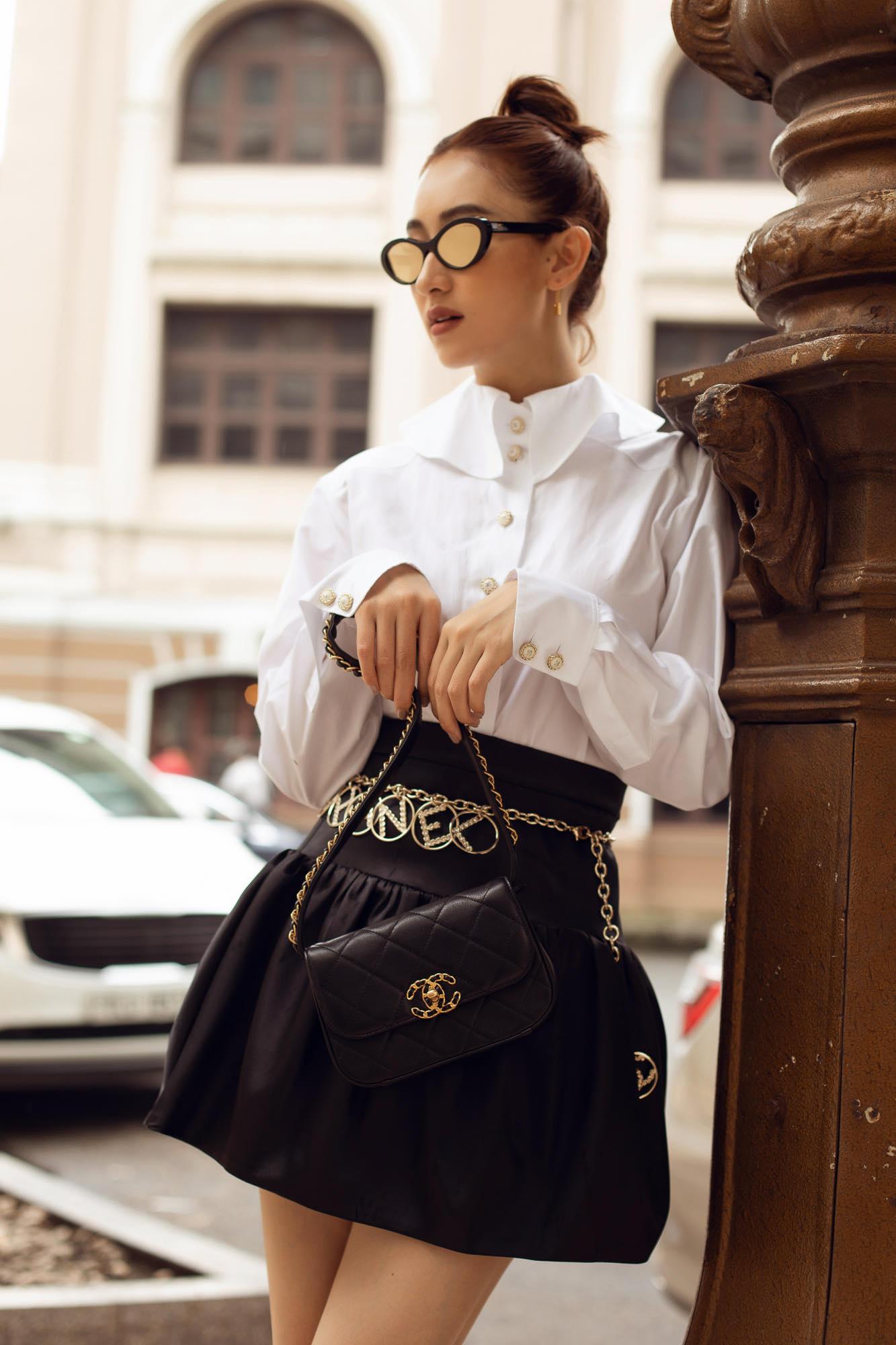 Hà Thu sành điệu với sơ mi trắng mix cùng chân váy bo chun, khoe vòng eo nhỏ nhắn. Mắt kính ruồi của Dior dù không còn tạo nên xu hướng mạnh mẽ nhưng rất ăn nhập trong outfit này cùng chiếc túi Bag Prada. Dù trên sân khấu hay ngoài cuộc sống, người đẹp vẫn luôn chú ý đầu tư về mặt hình ảnh cho mỗi lần xuất hiện.