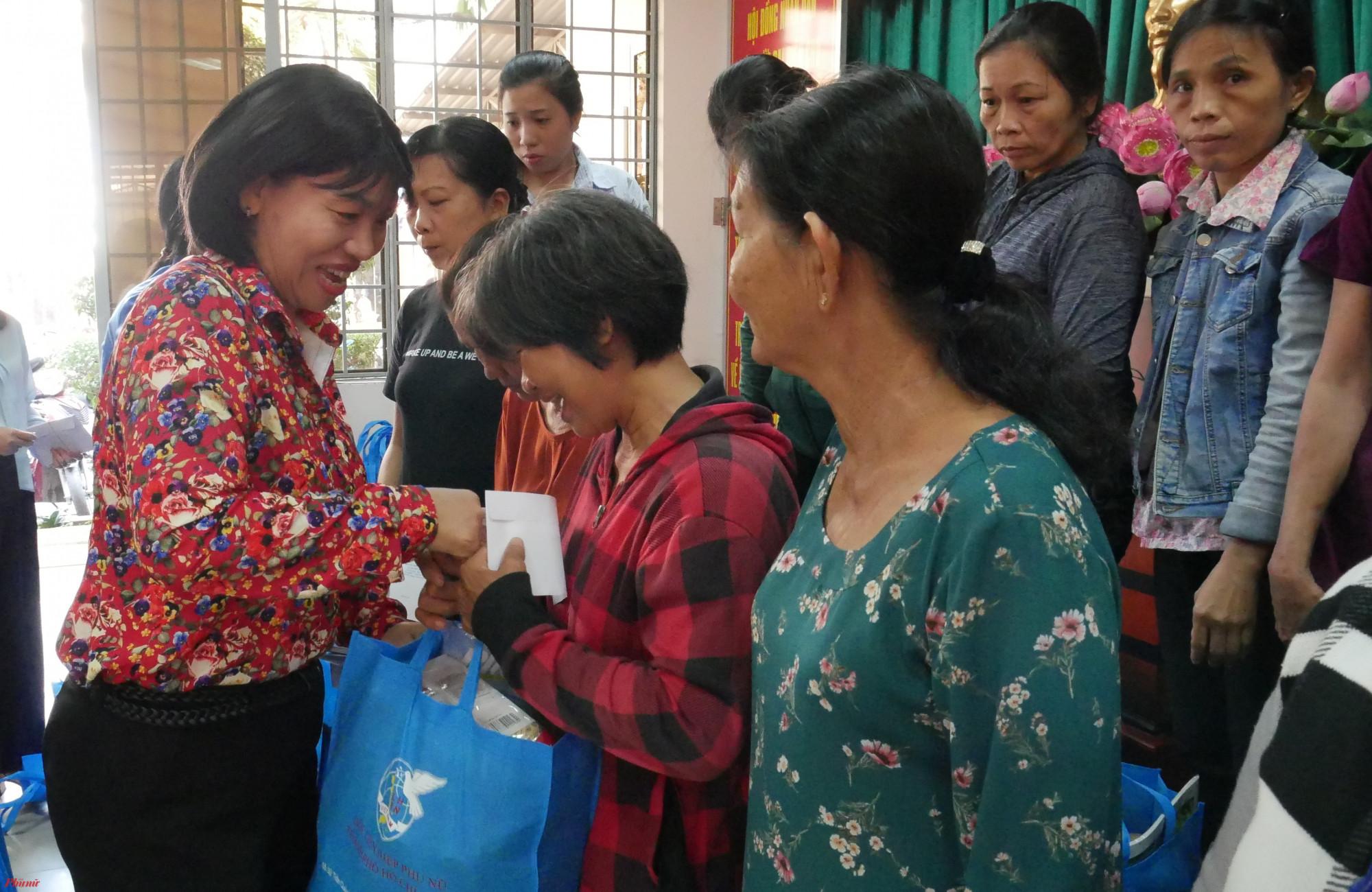Bà Trần Thị Phương Hoa, Phó Chủ tịch Hội LHPN TP.HCM tặng quà tết cho hội viên phụ nữ huyện Hóc Môn.