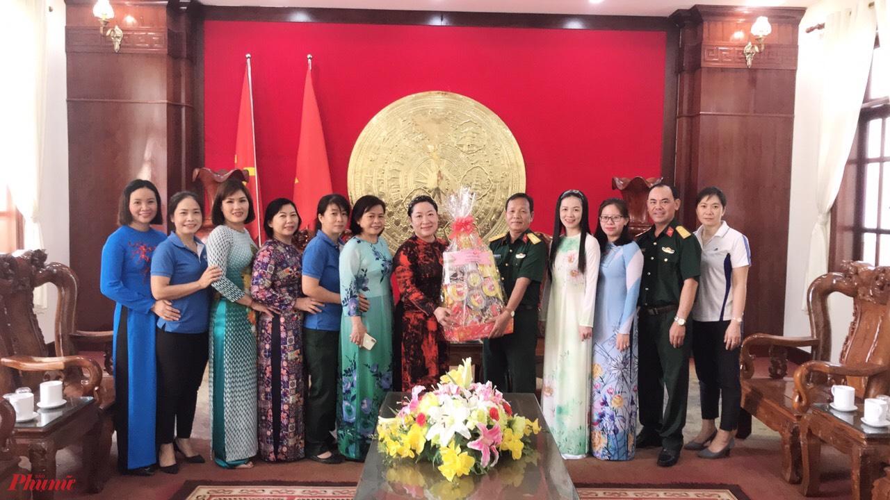 Hội LHPN huyện Hóc Môn đến thăm và chúc tết các đơn vị kết nghĩa.