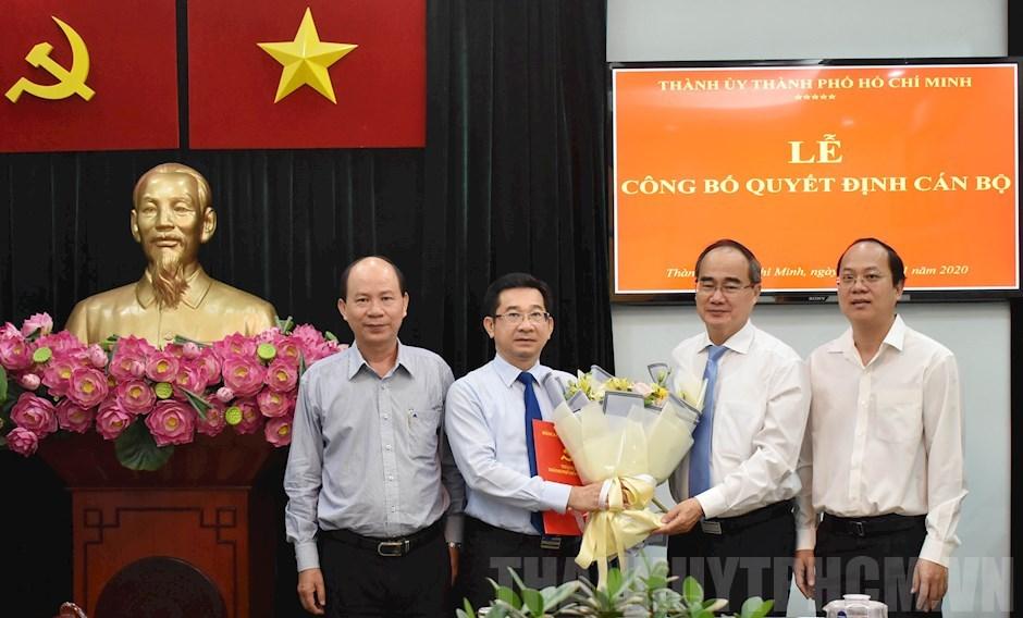 Bí thư Thành ủy TPHCM Nguyễn Thiện Nhân trao quyết định bổ nhiệm cho ông Dương Ngọc Hải - Ảnh Tuổi trẻ
