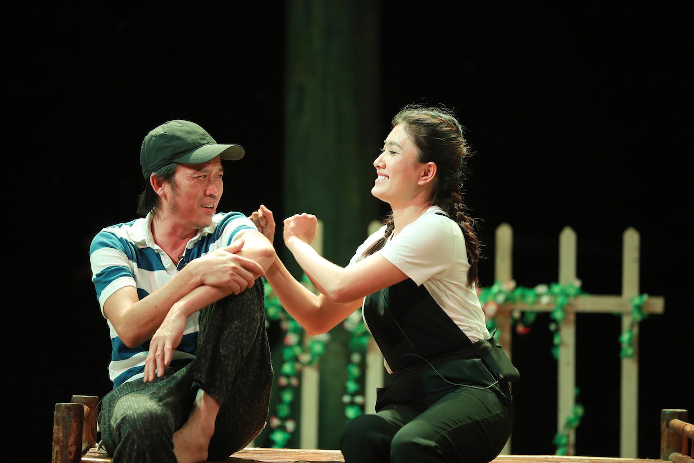 Nghệ sĩ Hoài Linh và các đồng nghiệp tập luyện cho vở kịch tết năm nay