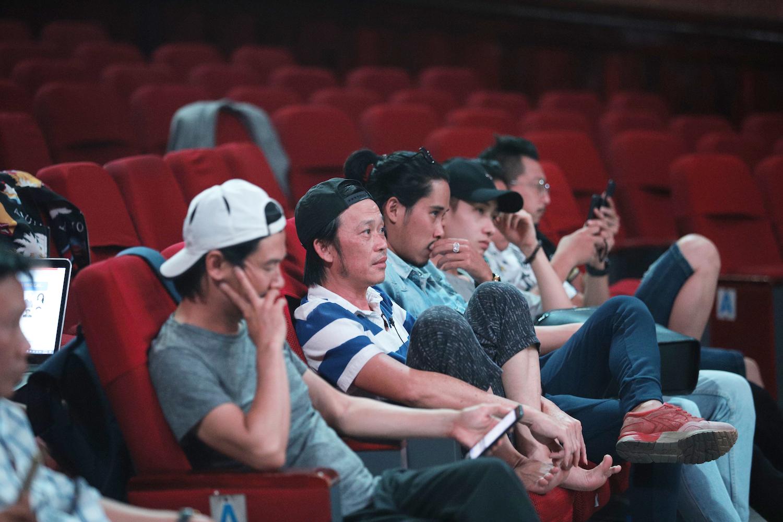 Nam nghệ sĩ quan sát đàn em tập luyện từ hàng ghế khán giả.
