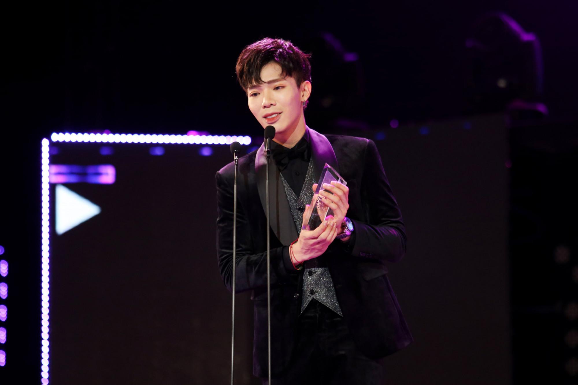 Erik nhận giải Nghệ sĩ của năm