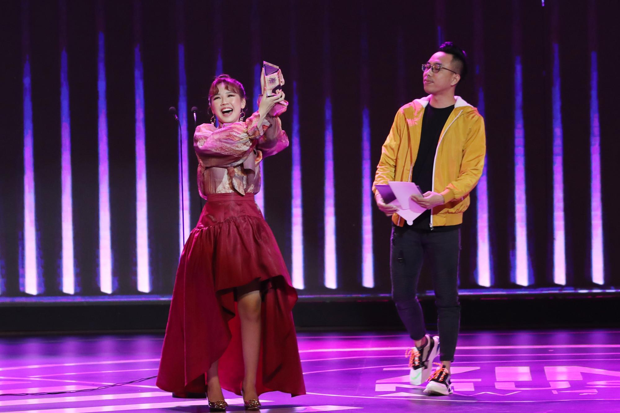 Nữ ca sĩ Amee nhận giải Gương mặt